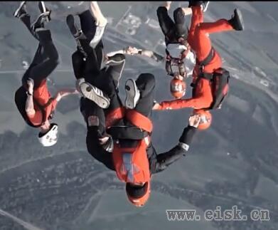 超刺激!飞机跳下玩高空滑翔!