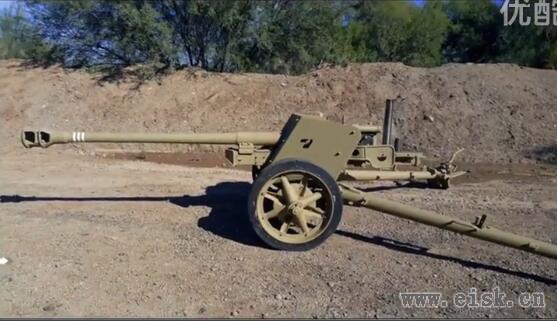 震撼!实拍用反坦克炮轰击汽车