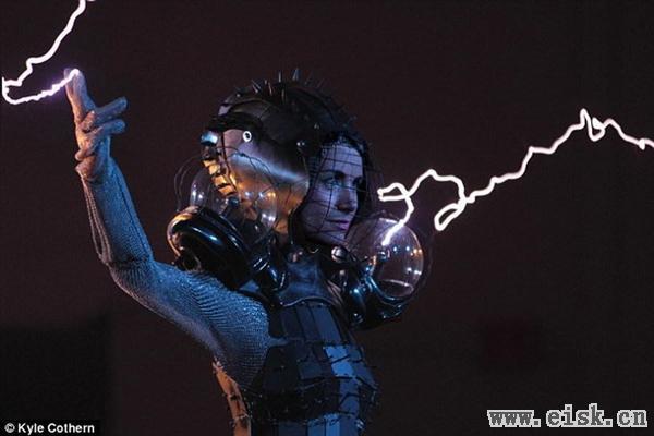 女艺术家设计超酷金属链甲服:可通50万伏高压电