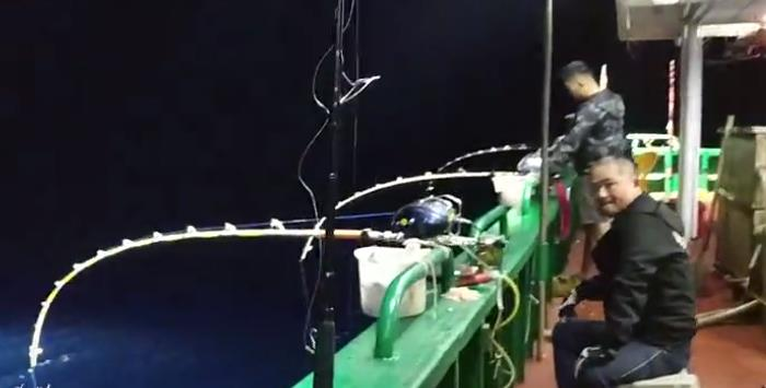 开船12小时才到的深海钓点,凌晨4点钓到天亮,看看有些什么鱼钓?
