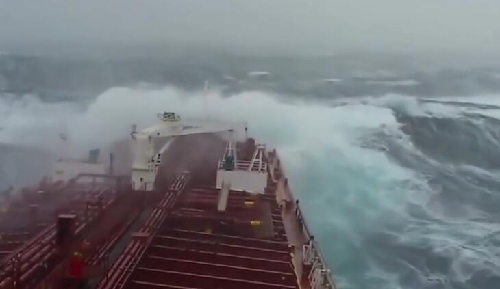 船舶迎击狂风巨浪,你一辈子不想见的大场面